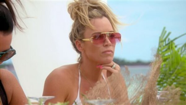 The Real Housewives of Beverly Hills - S09E03 - Sun and Shade in the Bahamas