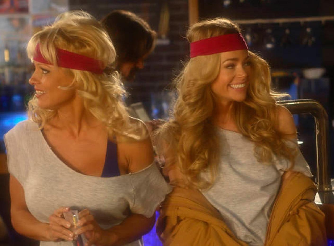 С двумя блондинками 10 фотография